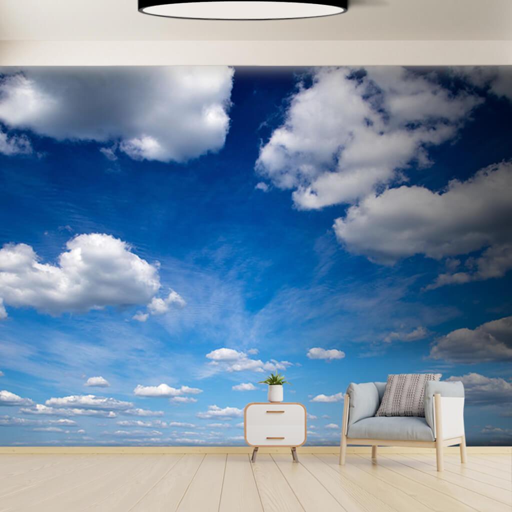 Beyaz bulutlarla kaplı mavi gökyüzü manzarası duvar kağıdı