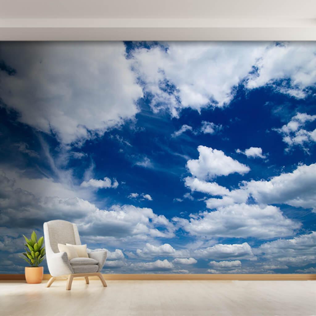 Rüzgarlı mavi gökyüzünde beyaz bulutlar duvar kağıdı