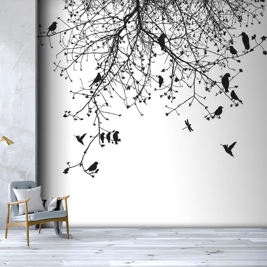 Siyah beyaz ağaç dalları arasında uçan kuşlar duvar kağıdı