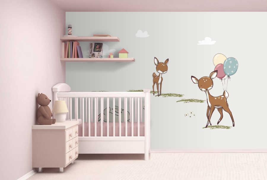Çayırda oynayan ceylan ve tavşan bebek odası duvar kağıdı