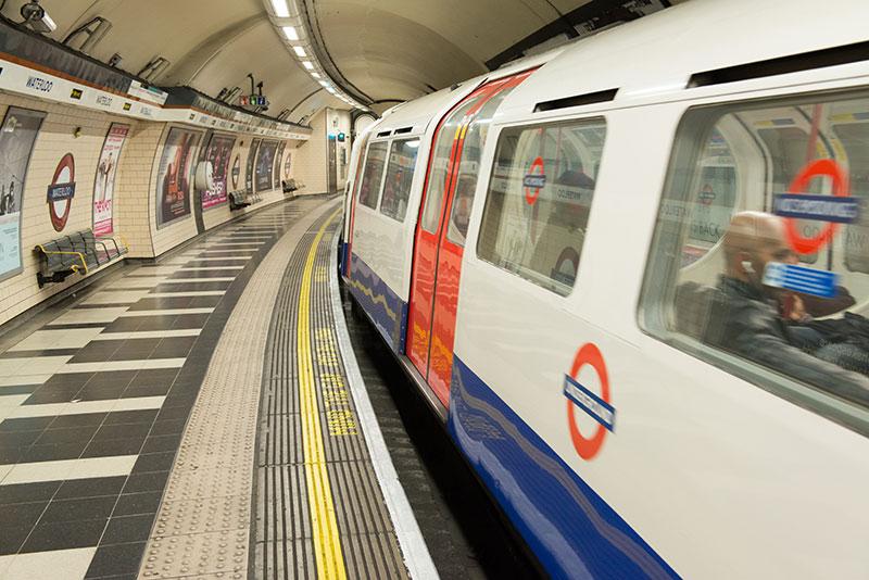 Vagonlariyla Londra Metrosu Tren Istasyonu Duvar Kagidi
