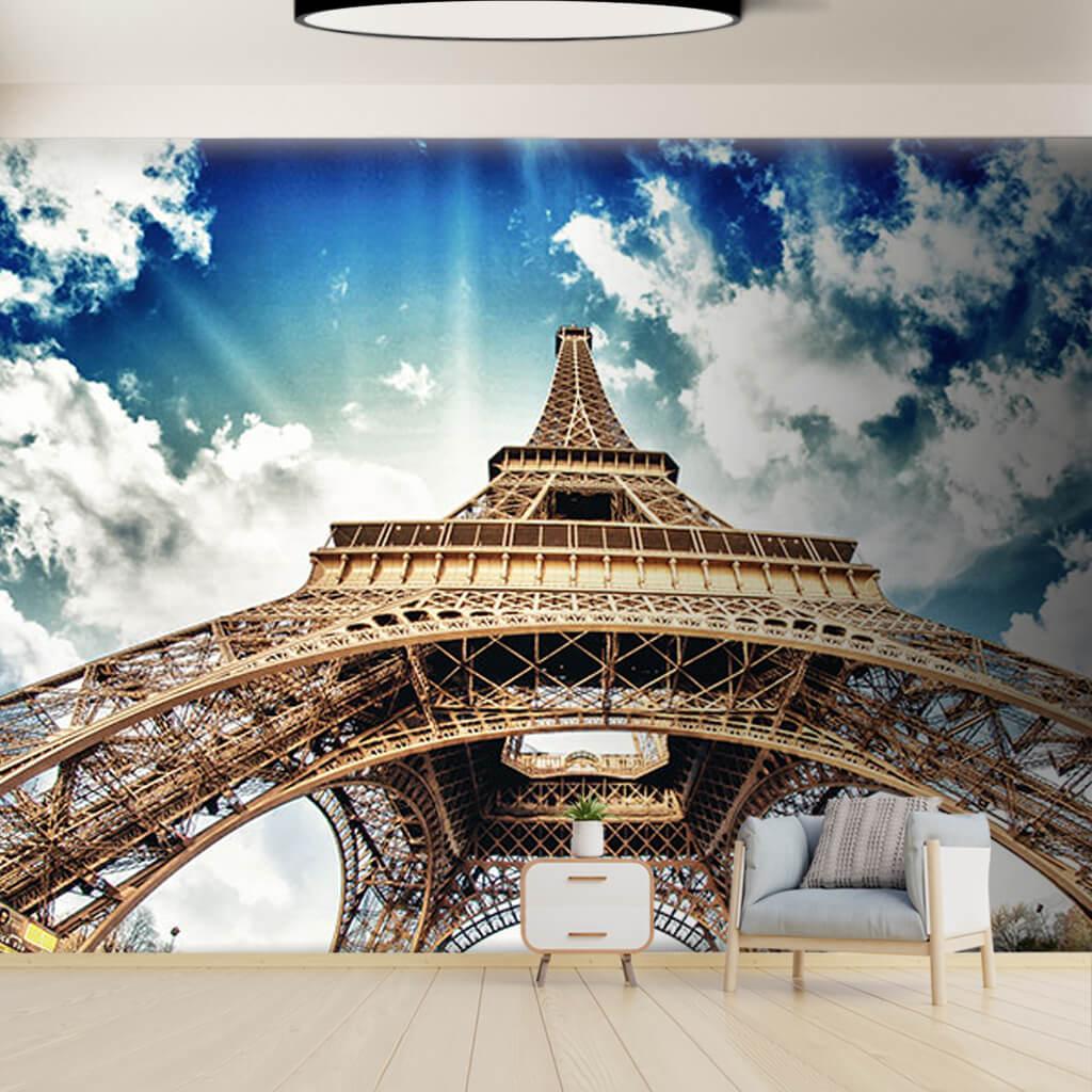 Ayaklarının dibinden gökyüzü Eyfel Kulesi Paris duvar kağıdı