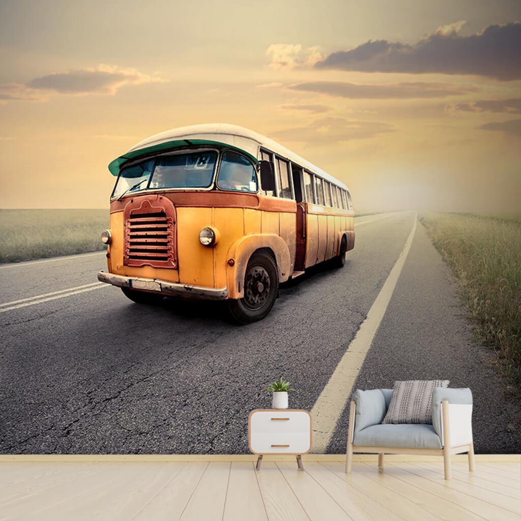 Sisli kır yolunda eski sarı vintage otobüs duvar kağıdı