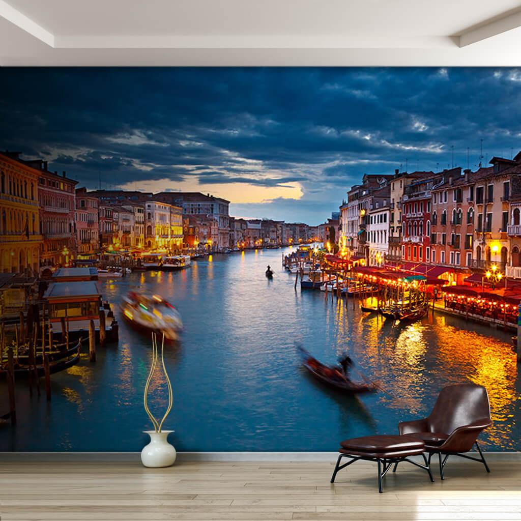 Akşam ışıklarıyla Büyük Kanal ve gondollar Venedik duvar kağıdı