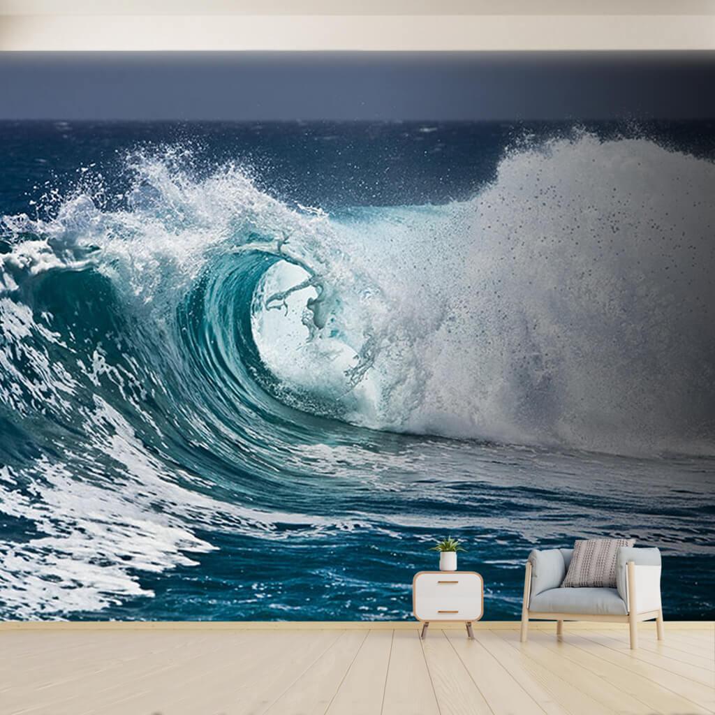 Beyaz kopuklu deniz ve azgın dalga tsunami duvar kağıdı
