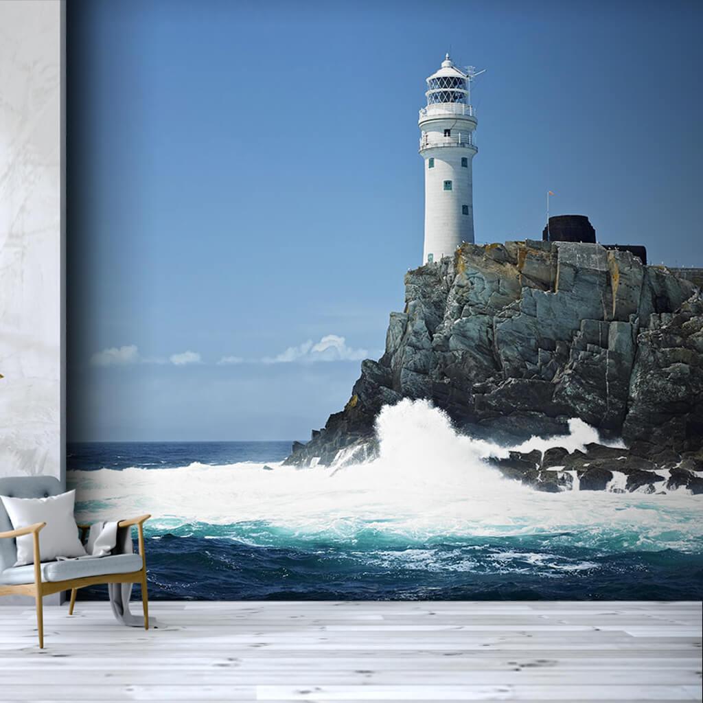 Beyaz köpükler ve kayalık üzerinde deniz feneri duvar kağıdı