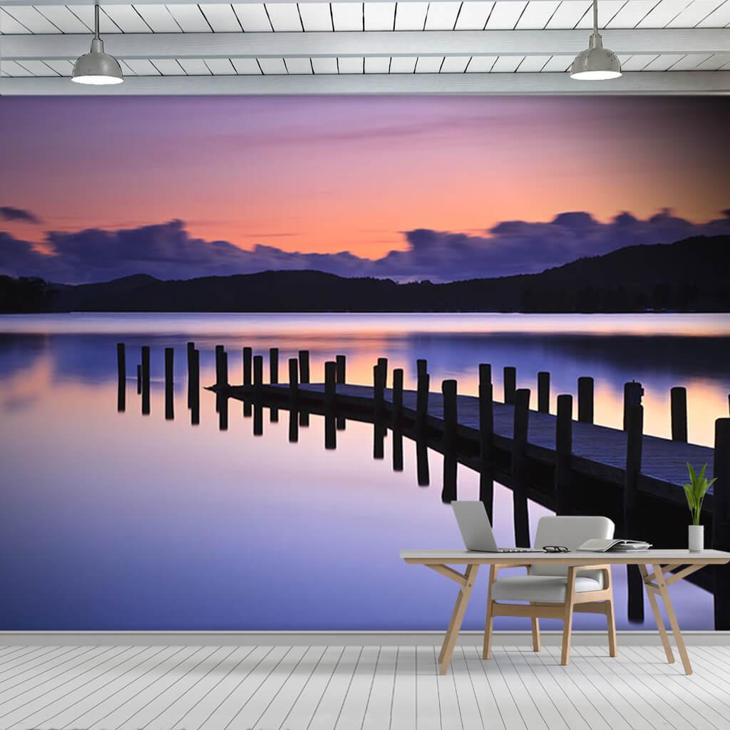 Coniston gölünde mor eflatun gün batımı ve iskele duvar kağıdı