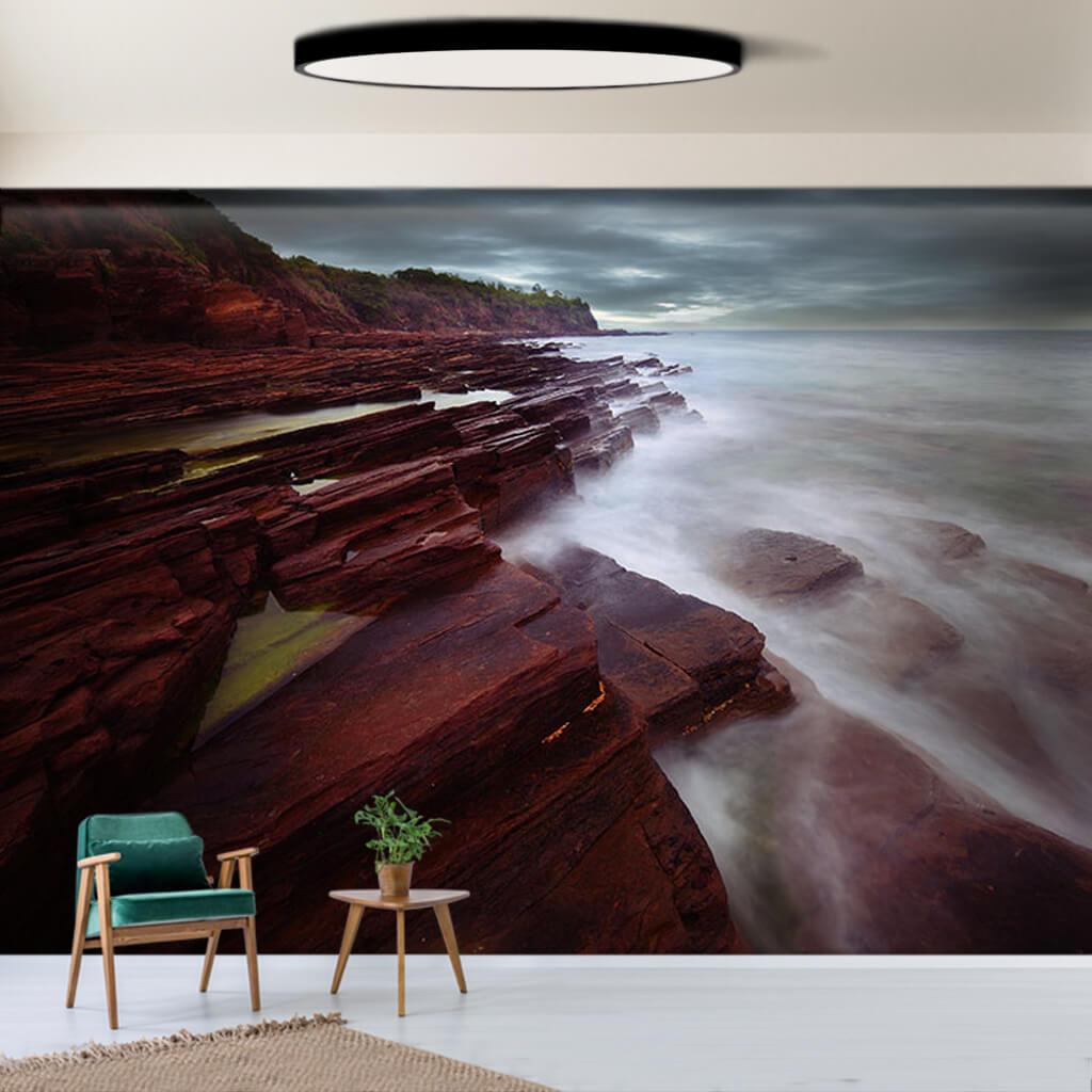 Deniz kıyısında mor kahve kayalar uzun pozlama duvar kağıdı