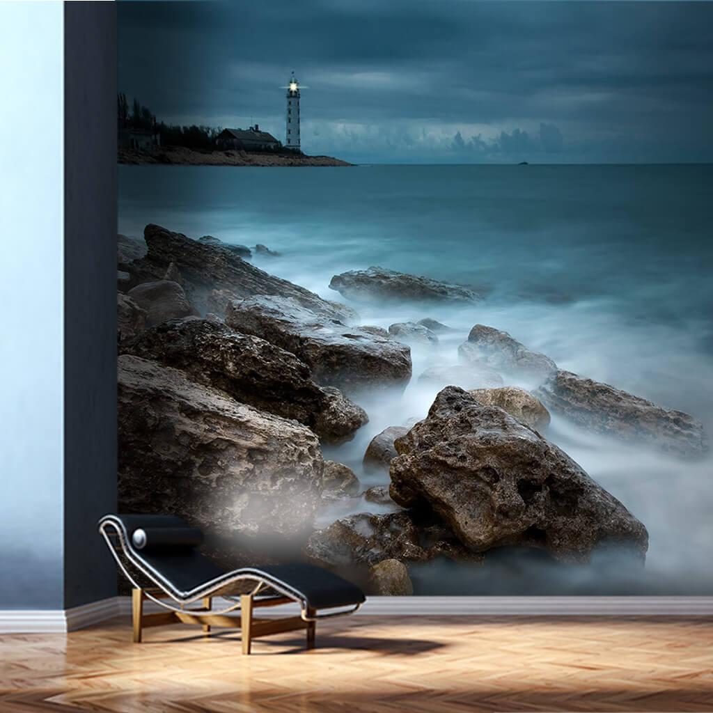 Deniz feneri kayalık sahil ve gri bulutlar duvar kağıdı