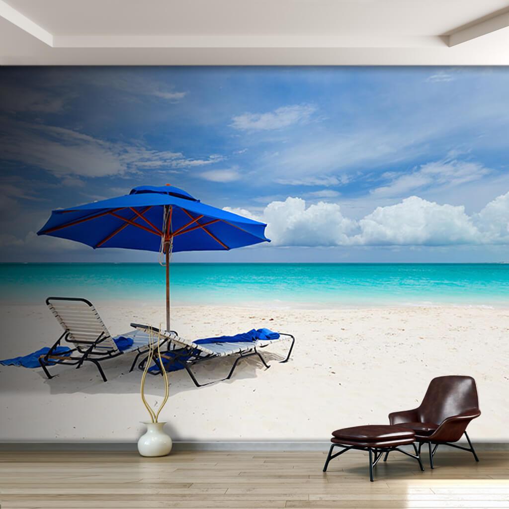 Beyaz kumsalda mavi şemsiye ve 2 şezlong duvar kağıdı
