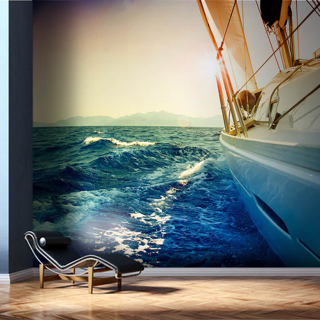 Denizde yana yatmış beyaz yat yelkenli tekne duvar kağıdı