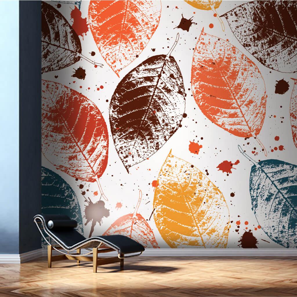 Beyaz üzerine yaprak baskı ve boya damlaları duvar kağıdı