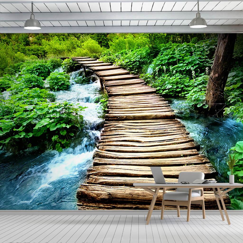 Ahşap köprü ve orman içindeki dere duvar kağıdı
