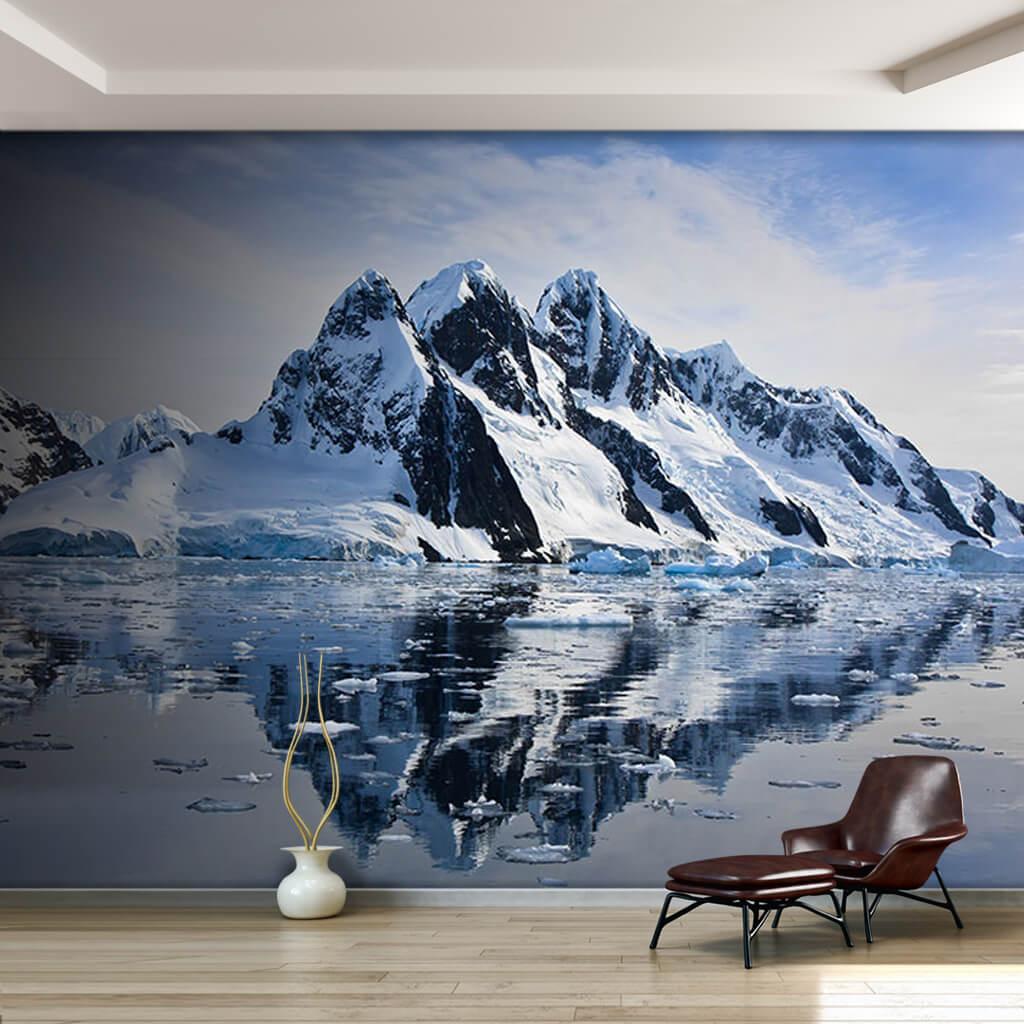 Buzlu su üzerinde karlı dağ yansıması Antartika duvar kağıdı
