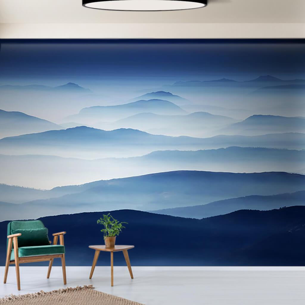 Sıra dağlar üzerinde sis ve alacakaranlık duvar kağıdı