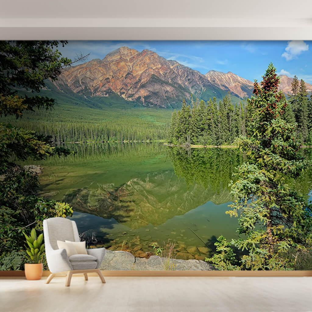 Altay dağları önünde yeşil ormanlar Gorny gölü duvar kağıdı